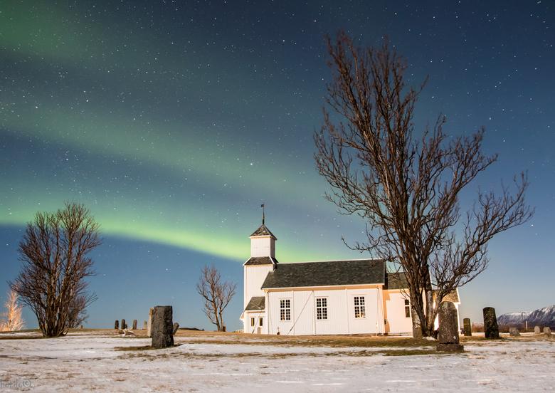 Prettige Paasdagen, noflik Peaske - Voor deze bijzonder dagen Gimsøy kirke bij noorderlicht. Deze foto is gemaakt tijdens een fotoreis met lekkerwegfo