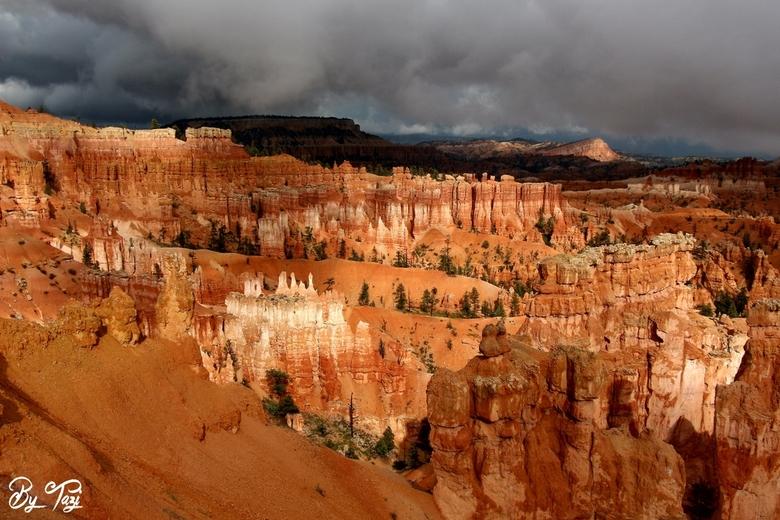 Art of nature - Bryce Canyon is sowieso al prachtig.. Maar de donkere wolken en de zon die gedeeltes van de canyon verlicht maakte het plaatje complee