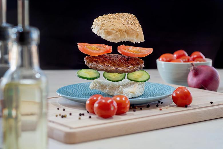 Hamburger time! - Beetje experimenteren met fotografie. Een zwevende hamburger