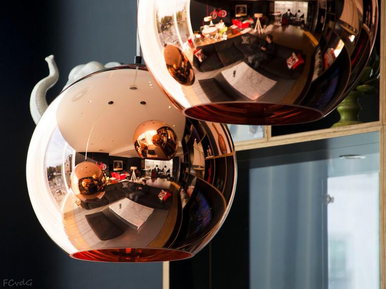Spiegellampen - Onderwerp: Escher-achtige taferelen in spiegelende lampenbollen. <br /> Locatie: CitizenM hotel in Rotterdam<br /> Uitdaging: spot d