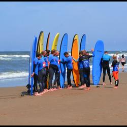 Surfles 1: Heren heel creatief....maar hier zijn de planken niet voor bedoeld !!!!