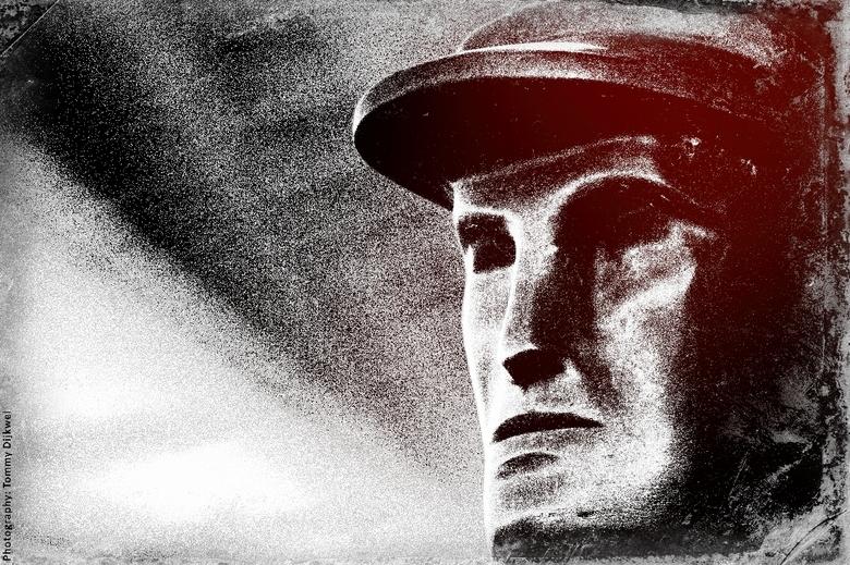 "Man van Staal - <span style=""font-weight:bold;"">Man van Staal</span><br /> <br /> Detail-impressie in fotografiek van het beeld &#039;De Roeiers&#03"