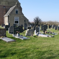 Aan de achterkant van het kerkje in Den Hoorn