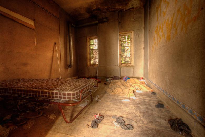 Logees  - Urbexlokatie ergens in Belgie, waar het huis gedeeltelijk is ingestort. Maar waar nog wordt gelogeerd, aangezien er nog een bed staat en vui