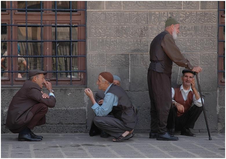 Mannenpraat.. - Een soortgelijke foto plaatste ik al eens eerder. Dit is het binnenplein van een grote moskee in de Turkse stad Diyarbakir. Een waar e