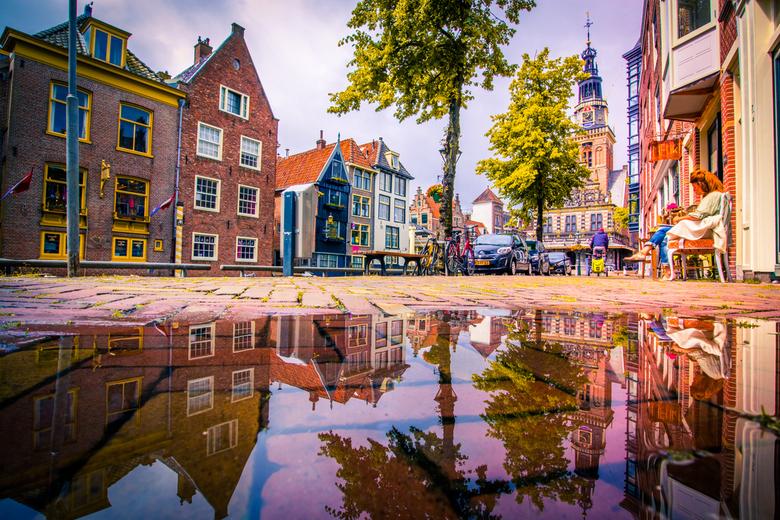 Boekje lezen - Zijdam,zicht op de Waagtoren in Alkmaar. Na een plensbui.