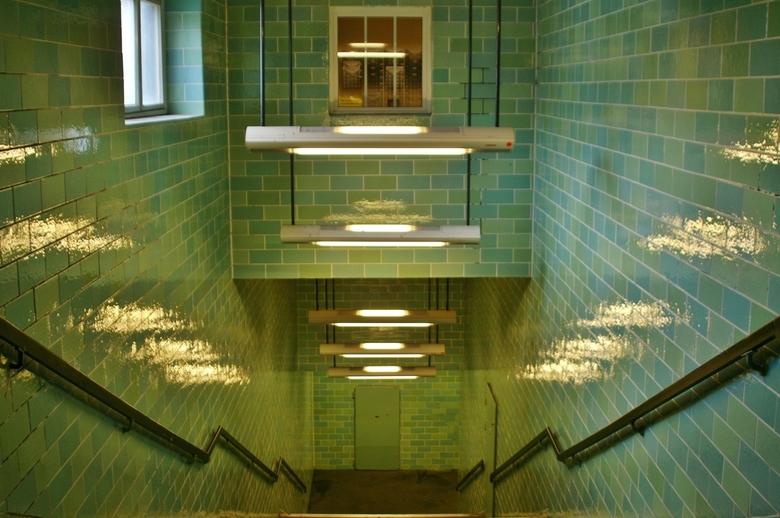Schuilkelder Berlijn - Bij een bezoek aan een voormalig schuilkelder uit de Tweede wereldoorlog gaf was deze trap eer beneden best een foto waard. Maa