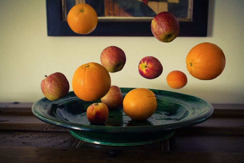 Vliegend fruit - Deze foto heb ik in het huis van mijn grootvader gemaakt. Ik ben al een tijdje bezig met het laten zweven van dagelijkse objecten. To
