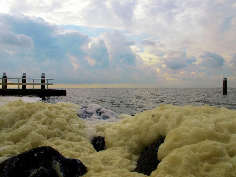 """Schuim.... - Afsluitdijk.<br /> <br /> <br /> ThanX voor de reactie&#039;s op &quot;S.O.V.P&quot;<br /> <br /> Fijne Werkdag<img  src=""""/images/sm"""
