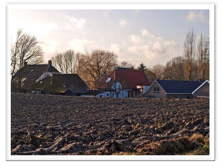 verscholen , de marne 2 - verschoelen achter een dijk van klei  ligt het dorpje Schouwerzijl  gr bets