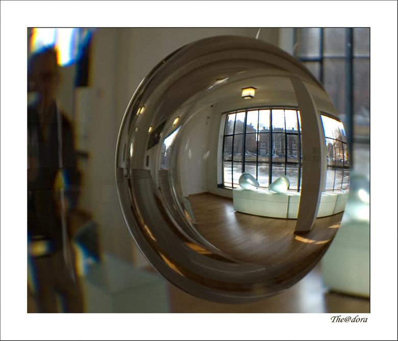 GLASKUNST - Ik ga nog even door in het Gemeente Museum Den-Haag.<br /> <br /> GR.DORA