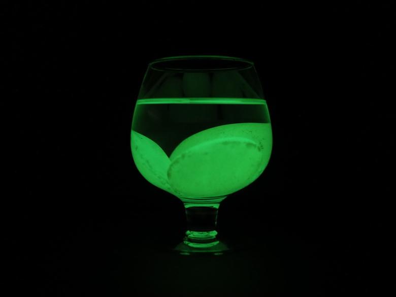 Glow in the dark glass - Thuis wat aan het experimenteren met de glow in the dark stenen van de kinderen.