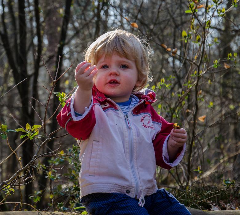kijk papa wat ik heb - lekker met mijn zoontje in het bos jaar geleden