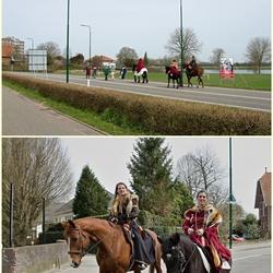 Ruiters en voetgangers in historische kleding op weg naar de Hampoort.