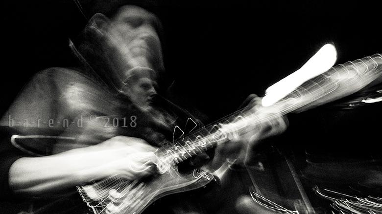 Gitarist Jan van der Weijde. - Dynamiek in een foto vind ik belangrijk. Bij muzikanten wil ik de muziek kunnen &#039;horen met mijn ogen&#039;.<br />