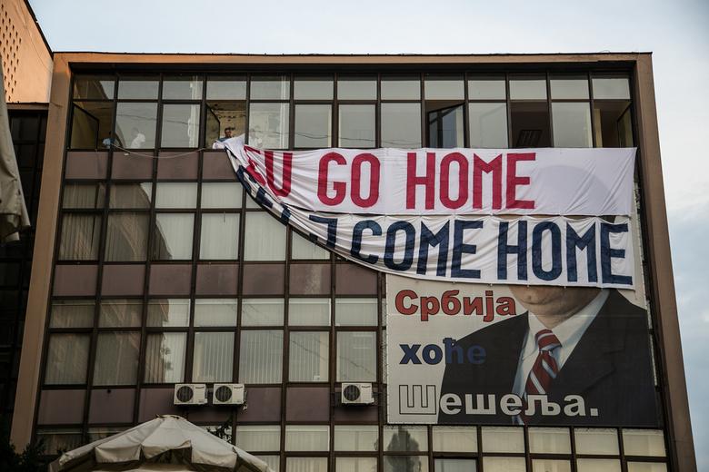 EU Go Home - Dit spandoek werd net opgehangen toen ik langsliep. Novi Sad, Servië.