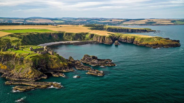 Dunnottar Castle - Dunnottar Castle is een tot ruïne vervallen kasteel aan de Schotse kust bij het plaatsje Stonehaven. De ligging is spectaculair te