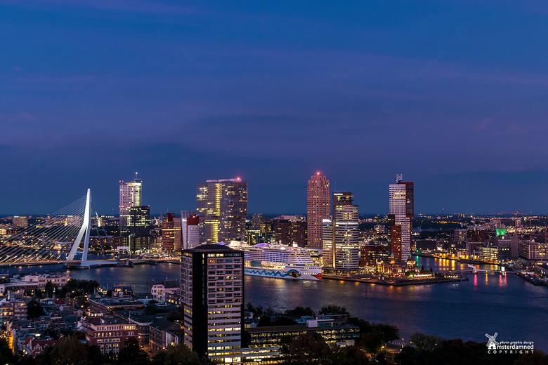 Rotterdam - Uit mijn werk en helaas geen statief mee, maar vanaf de railing op de euromast geprobeerd een foto te maken van de verlichte skyline van R