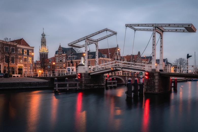 Gravestenenbrug - Gravestenenbrug over het Spaarne met de Bakenesserkerk - Haarlem.