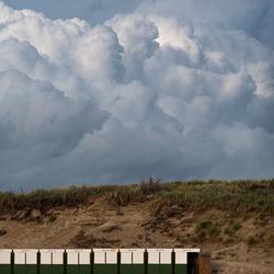 Wolkenlucht boven de duinen
