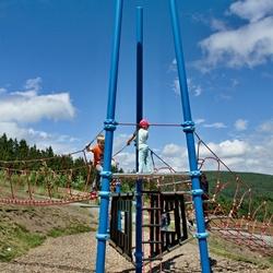 Een klimtoren met twee kinderen.