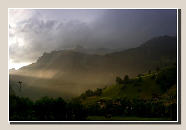 Avond op de berg - De kabelbaan is stil, wat laatste zonlicht legt een fluwelen glans op de hellingen, het dorp komt tot rust.