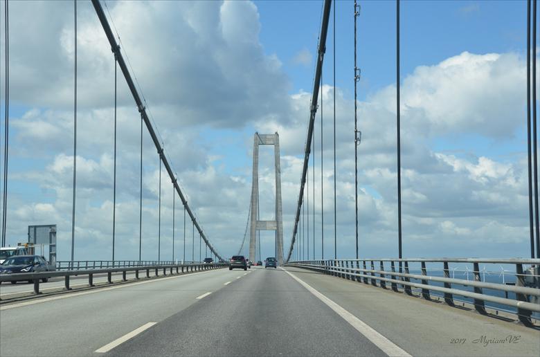Denemarken Storebaelt bridge - De Grote Beltbrug (Deens: Storebæltsbroen) is een hangbrug in Denemarken tussen de eilanden Funen (Nyborg) en Seeland (