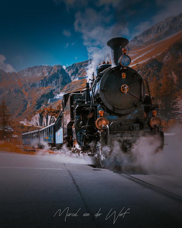 Swiss Steam - Na een kwartiertje wachten vertrok de trein met veel stoom, kolenrook en lawaai van het verderop gelegen station om de Furka pas in Zwit