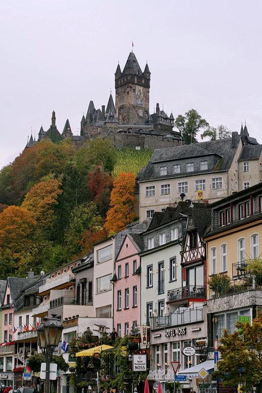 Aan de moezel Duitsland. - Cochem is een uitgesproken toeristenstadje aan de rivier de moezel, naast natuurlijk de bekende wijn domineert de wereldber