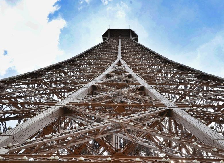 Eiffeltoren - De Eiffeltoren in Parijs, gezien vanaf de onderzijde. Genomen juli 2011