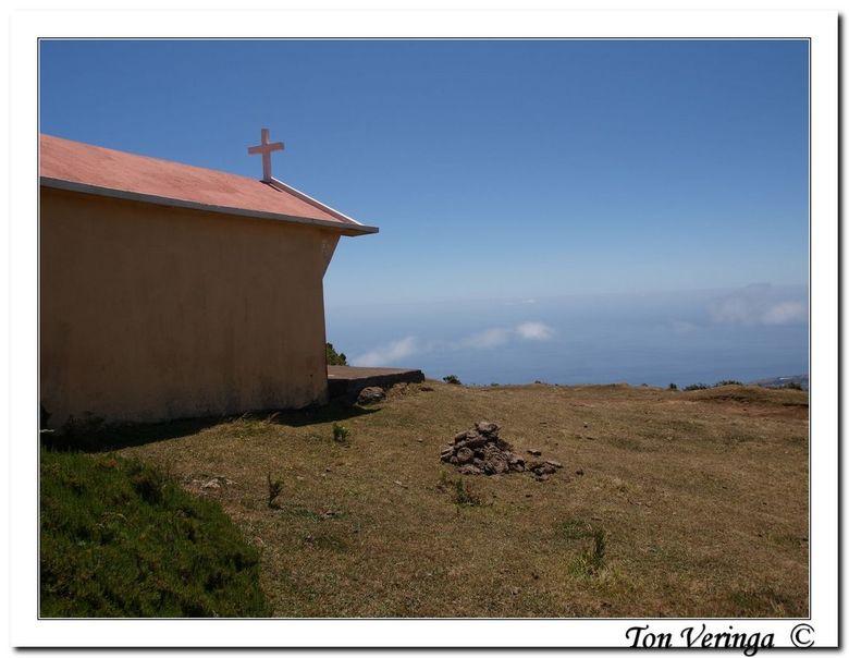 Dicht bij God op Madeira - Op eenzame hoogte in de bergen en tussen de wolken van Madeira staat een kerkje. Het is er stil, adembenemend stil. Een moo