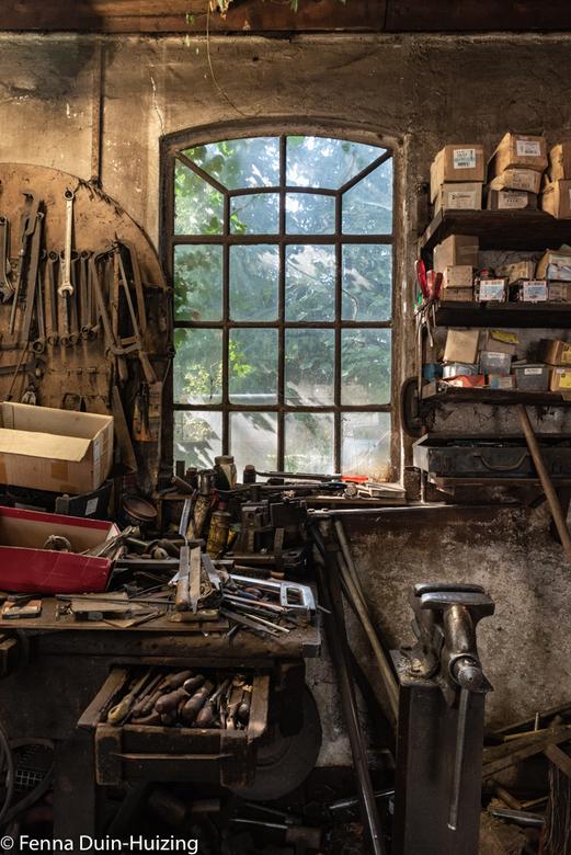 F.DH-20180927-10 - Interieur van de oude smederij in Zweeloo. Hier werkt momenteel ook nog een smid die bijna 90 jaar oud is. Als de deuren open staan