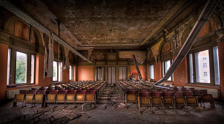 Horrorlabs Auditorium - Deze geweldige urbexlocatie huisvest naast tientallen potten met stinkende longen, harten en hondekoppen ook een schitterend o