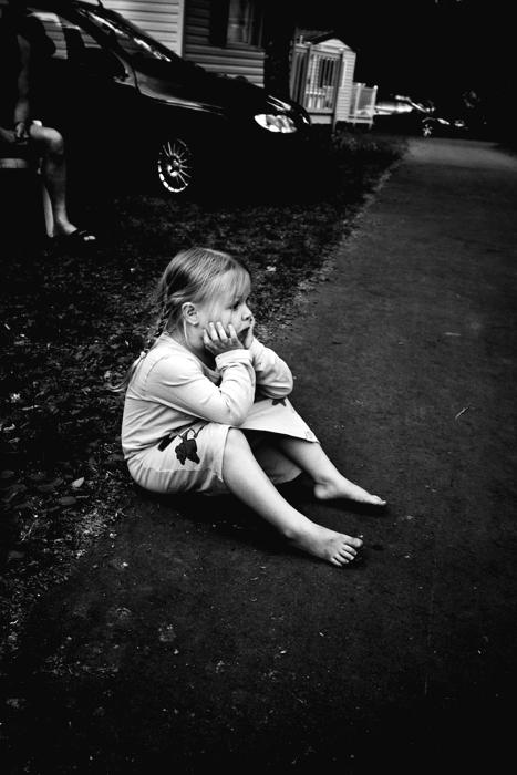 Boos - Mijn kleine nichtje gaat als ze boos is altijd zo zitten en voor zich uit staren, super schattig!