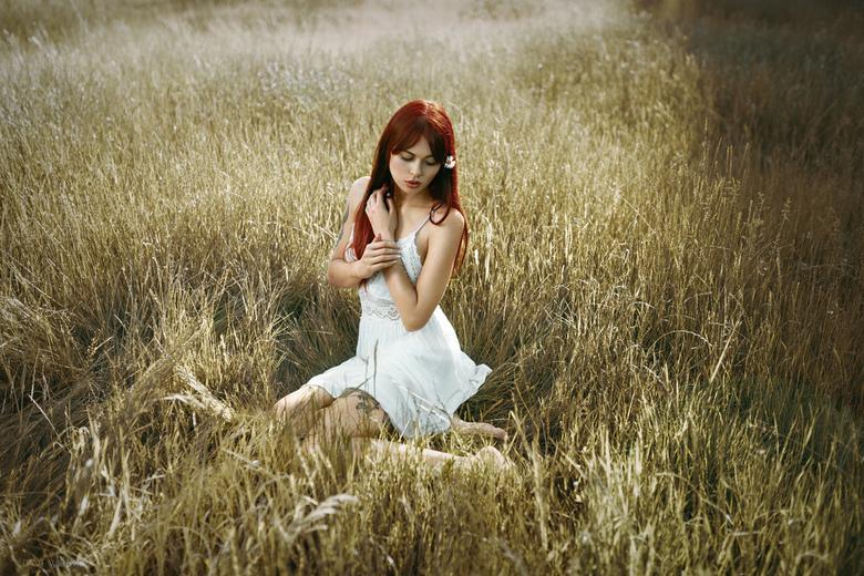Natalia - Natalia neergestreken in het hoge gras<br /> <br /> https://www.instagram.com/davewillemsphotography/