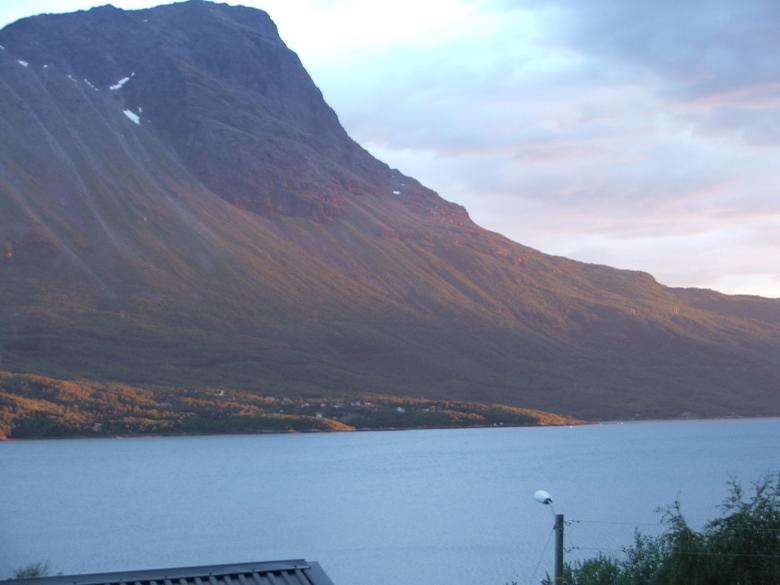 Zon die met een berg speelt - Was 2 weken terug in noorwegen en had net me fuji s5500 gekocht. dit is een berg net iets voorbij Narvik.