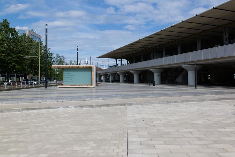 Stationsplein Voorburg - hier in de regen<br /> tussen al die onbekenden<br /> stappen zonder twijfel<br /> zonder stil te staan<br /> onze dromen