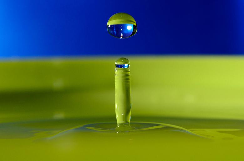 druppel met blauw en groen - vallende en opspattende druppel