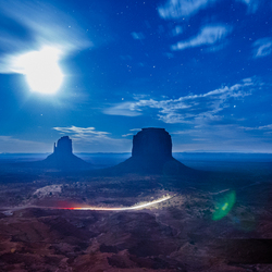 Maan lensflare over Monument Valley