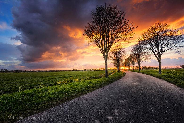 Landschap bij een dreigende zonsondergang