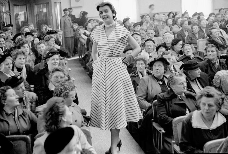 modeshow - februari 1955  modeshow.<br /> Fotograaf; Harry Bedijs.<br /> Copyright; Stichting Foto Bedijs.<br />