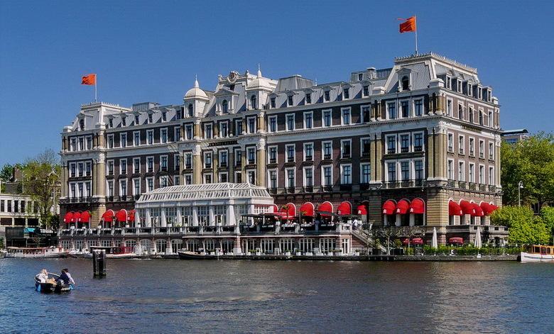Het  Amstel Hotel, - Aan de rivier de Amstel Amsterdam.<br /> <br /> 1 mei 2011.<br /> Groetjes Bob.
