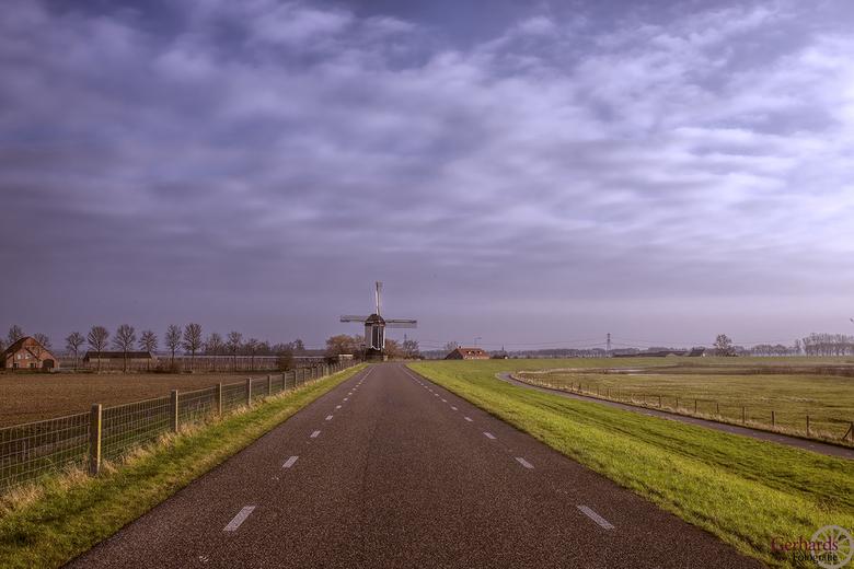 Molen bij ochtendgloren. - Molen in Gelderland bij het vroege ochtendlicht.Omdat er nog geen verkeer op de weg was,kon ik middden op de weg mijn stati