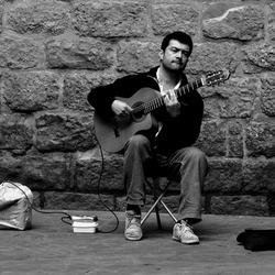 la cantante con su guitarra