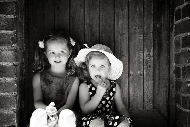 Zomermeisjes - Zwart wit versie van mijn laatst geuploade versie. Mijn dochter en haar vriendinnetje.