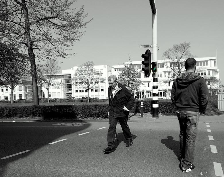 Blijf binnen de stippellijn - Oversteekplaats op de Boeimeersingel in Breda, straatfoto's maken is leuk! Aan de overkant is een vestiging van Cit
