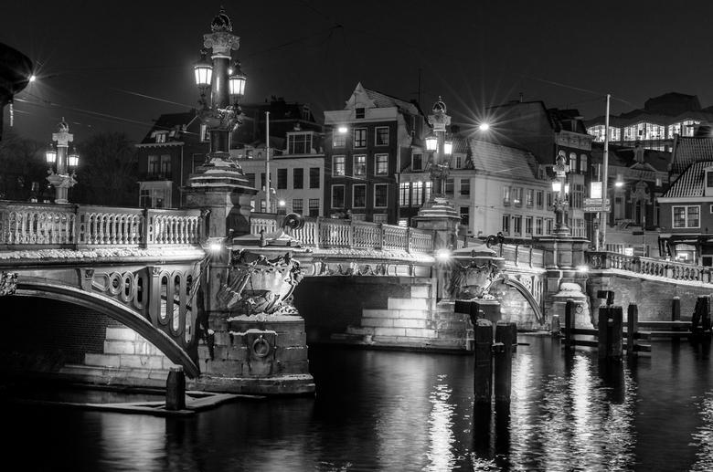 Amsterdam at night - Stadslandschap. Amsterdam, Blauwbrug in de nacht.