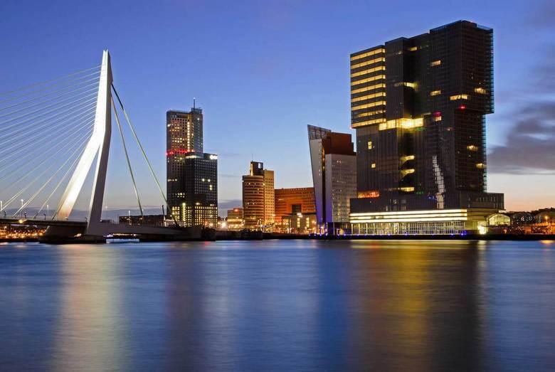 Kop van zuid - De kop van zuid vlak voor zonsopkomst met de Erasmusbrug en het door Rem Koolhaas ontworpen gebouw de Rotterdam als eyecatchers
