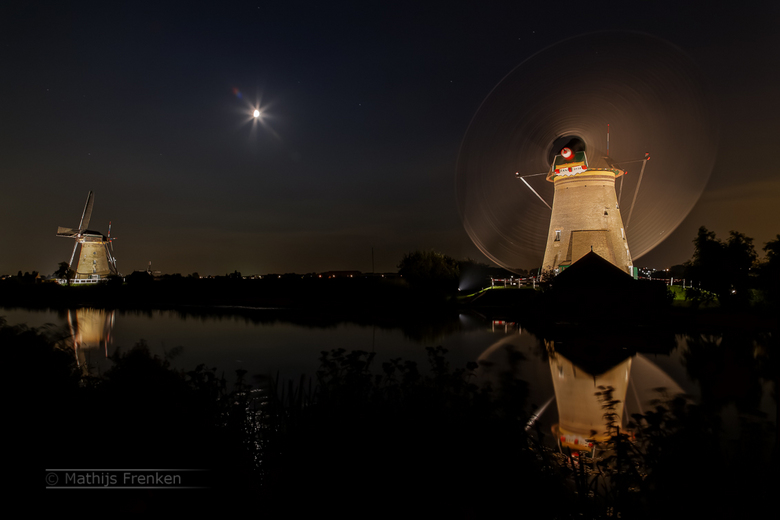 Het draaien van de wieken - Foto van verlichte molens van Kinderdijk van vorige maand.