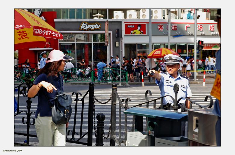 Communicatie - Wat is hier gaande?<br /> <br /> de politie stuurt de toerist weg, omdat er aan de overkant een demonstratie aan de gang is?<br /> D